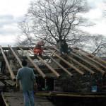 anche sul tetto della casa appare il primo legname
