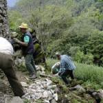 costruzione del muro di sostegno verso il bosco