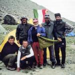 I componenti la spedizione ripresi a mt. 4300 con il gagliardetto del nostro Gruppo