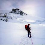 Il Socio Alpino Donagana Giovanni sale verso la vetta