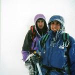 Il Socio Alpino Donegana Giovanni in vetta con l'amico di ascensione