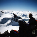 Il socio Alpino Donegana Giovanni in vetta con i compagni di ascensine